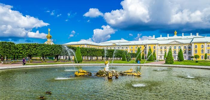 Im Sommer ist ein untrennbarer Bestandteil einer solchen Fahrt eine Reise nach Peterhof